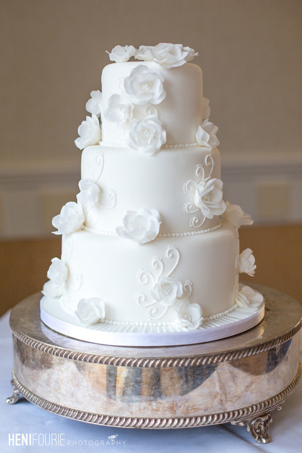 40 elegant and simple white wedding cakes ideas 3 beautiful white wedding cakes junglespirit Choice Image