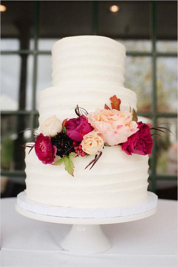 white wedd cake with flower