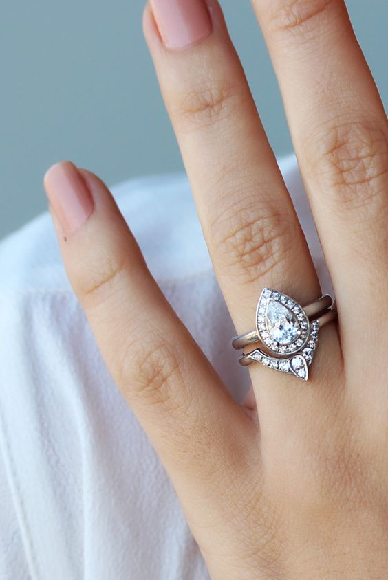 Bridal pear shaped diamond engagement set
