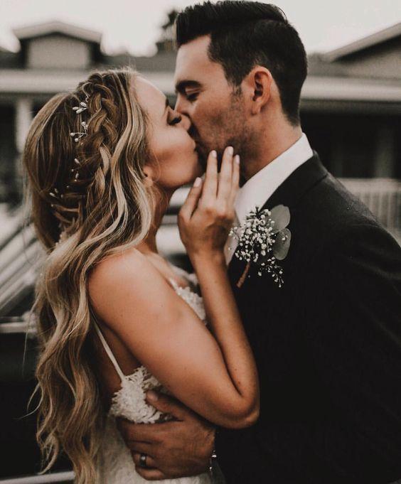 Bride groom wedding day photo pose kiss
