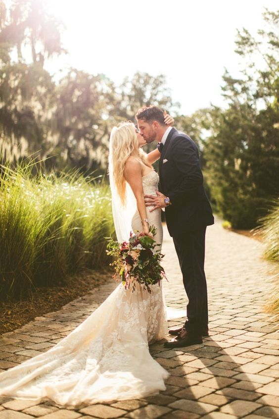 Golden hour wedding kiss photo ideas