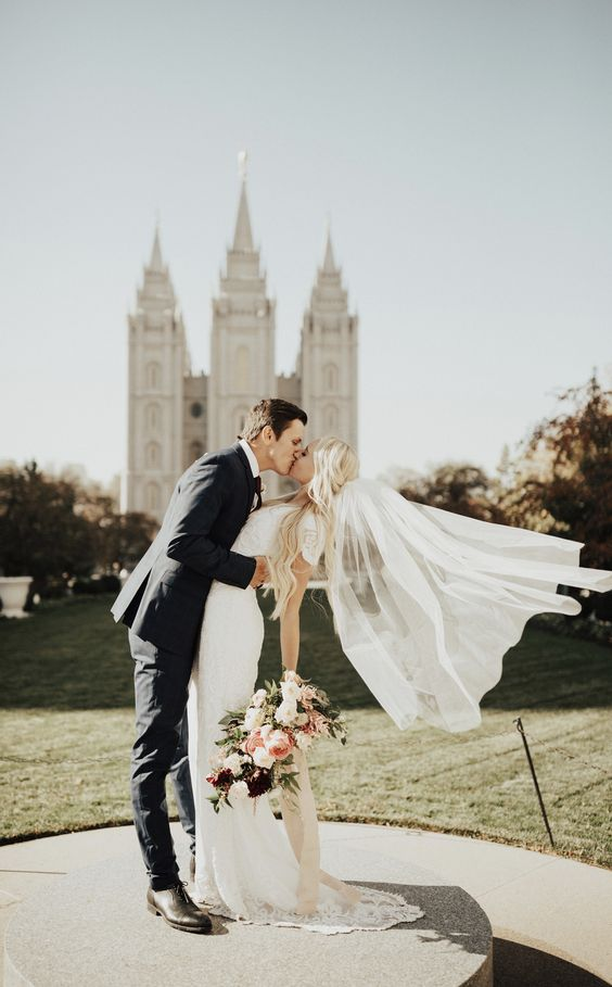 Gorgeous wedding photo of the bride and groom