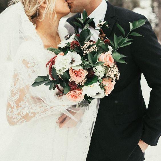 wedding kiss photo ideas with winter bouquet