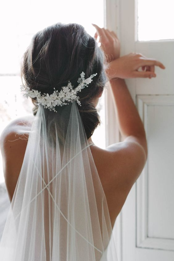 Beatiful wedding viles and floral bridal comb details