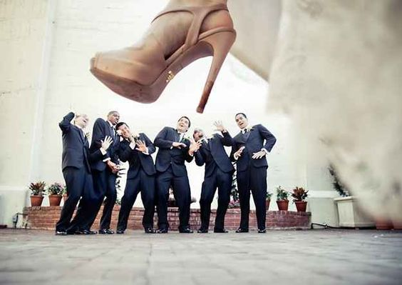 The wedding photo ideas with groomsmen make your wedding funnier