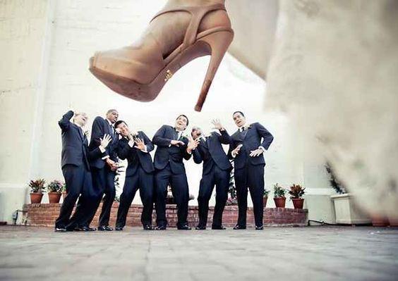 The wedding photo ideas with groomsmen make your wedding funnier