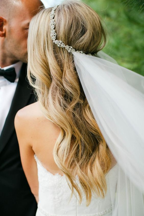 This glittery bridal headpiece and simple veil looks amazing