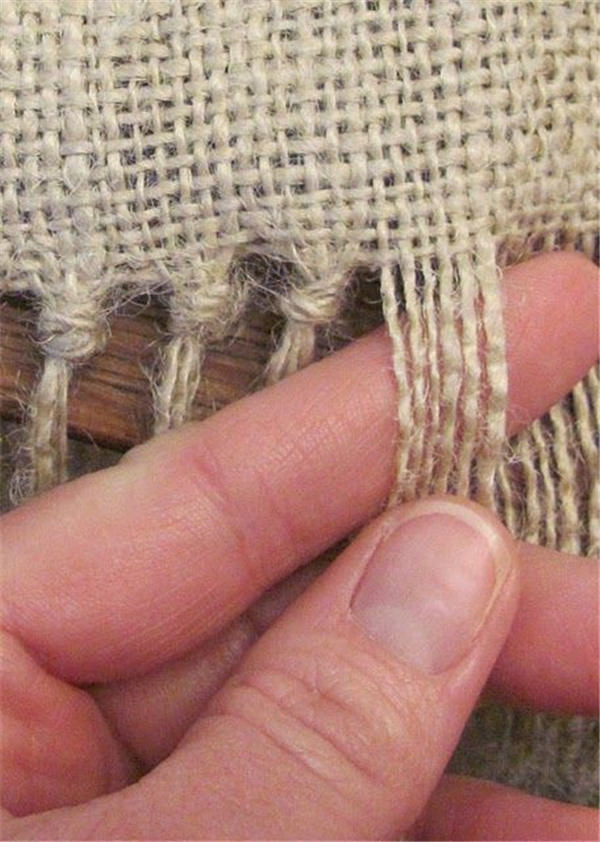 how to make an attractive burlap table runner