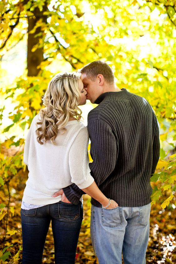 Fall engagement super cute photo idea