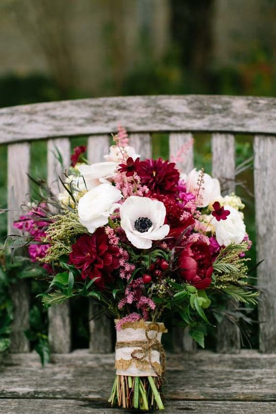simple yet chic wedding bouquets for autumn weddings