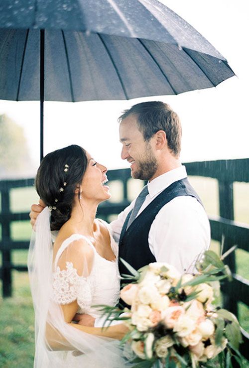 adorable rainy wedding pitcure