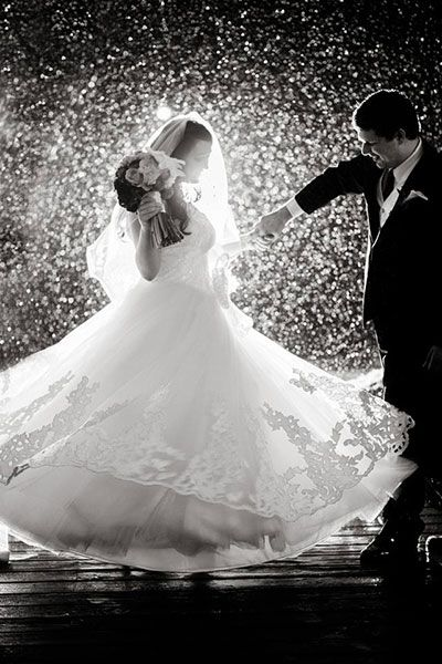 amazing wedding photo in a rainy day