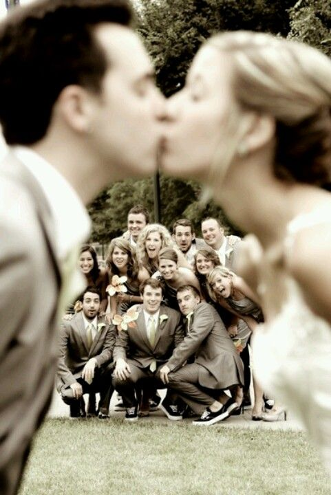 wedding day kiss photo idea