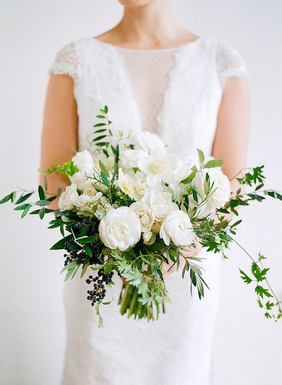 18 white and green bouquet for modern spring weddings - White Garden Rose Bouquet
