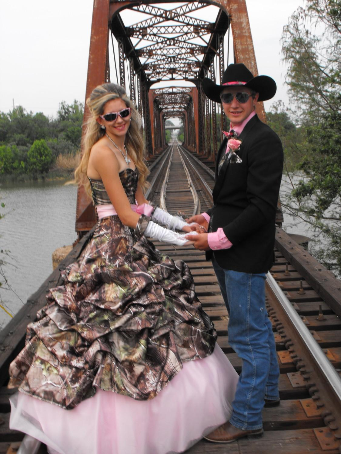 ea96402c4c60c 20 Camo Wedding Dresses Ideas to Make Your Big Day One of a Kind