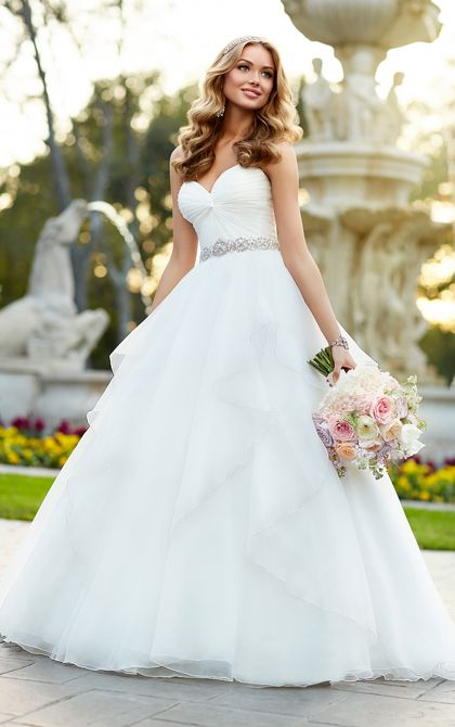 Flattering Wedding Dresses That Complete Your Bridal Look